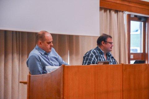 Julius Loennechen (til høyre) er leder for kontrollutvalget i Kristiansund. Til venstre kontrollutvalgets sekretær, Knut Evandt.