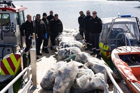 Totalt 45 sekker ble fylt med søppel da brannvesenet ryddet i havnebassenget og fra Lissa til Klubba onsdag.