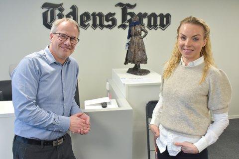 DELER UT PENGER: Ansvarlig redaktør Ole Knut Alnæs og salgsleder Eirin Liabø Røbech i Tidens Krav ønsker at så mange lokale lag og foreninger som mulig søker om støtte.