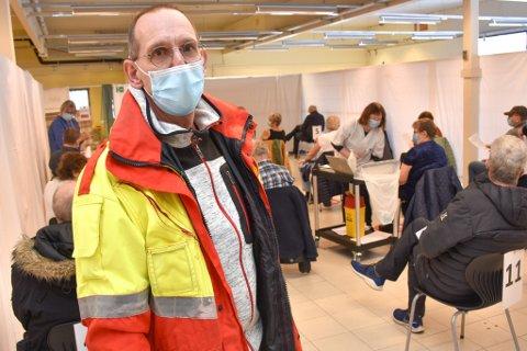 VAKSINERING: Kommunelege Jaap Romijn i Aure ser til at alt går riktig for seg under torsdagens vaksinering i kommunen. Han skryter av befolkningen som har holdt smittetallene lave ved å følge restriksjonene. Han ønsker imidlertid at vaksineringen skulle ha gått raskere.