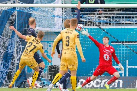 Bodø/Glimts Sondre Sørli setter 0-1 forbi keeper Sean McDermott i eliteseriekampen i fotball mellom Kristiansund og Bodø/Glimt på Kristiansund Stadion. Foto: Svein Ove Ekornesvåg / NTB