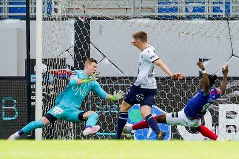 Kristiansunds Snorre Strand Nilsen scorer 0-1 målet bak Vålerengas keeper Kristoffer Klaesson under eliteseriekampen i fotball mellom Vålerenga og Kristiansund på Intility Arena.