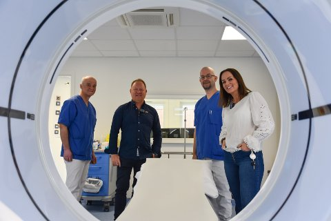Firkløveret fra radiologiavdelingen Odd Arne Haram (avdelingssjef, fra venstre), Per Erik Tødenes (klinikksjef), Torbjørn Malm (fagradiograf) og Vibeke Aandahl (sekjsonsleder) gleder seg over å kunne ta i bruk en splitter ny CT-maskin på Kristiansund sjukehus.