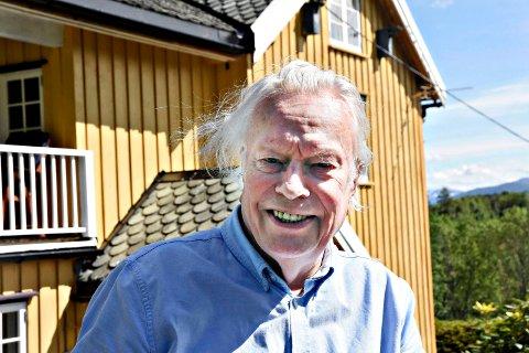 NYTER PENSJONISTLIVET:  Lars Liabø foran barndomshjemmet på Beiteråsen. Han er født på loftet i bakgrunnen, ni måneder etter frigjøringen.