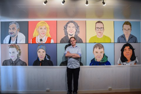 Kunstneren Eirik Kulø har brukt fire måneder på å ferdigstille de ti portrettene på stueveggen. – Jeg malte fra venstre til høyre, først øvre rekke, så nedre. Akkurat som man leser en bok, sier han.
