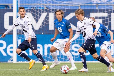 Brynjólfur Willumsson (til venstre) ville ha ballen fra Olaus Skarsem (til høyre), men trønderen avsluttet på keeper..  Foto: Svein Ove Ekornesvåg / NTB