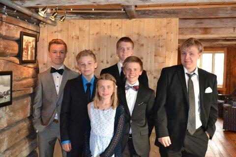 Her er et bilde av barnebarna i 2014. Fra venstre: Torstein Jensen, Aleksander Jensen, Maren Lorentzen Aunli, Ole Martin Lorentzen (bakerst), Asgeir Lorentzen Aunli og Lars Jacob Jensen.