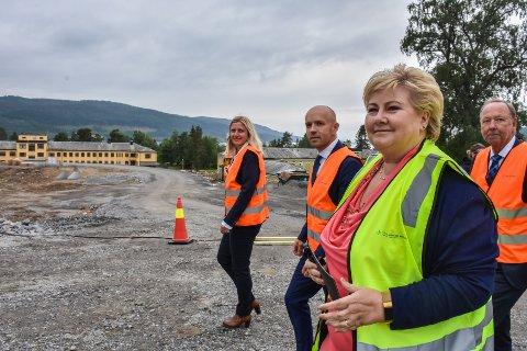 Heidi Nilsen(fra venstre), Øyvind Bakke, Erna Solberg og Ingve Theodorsen på Hjelset-tomta