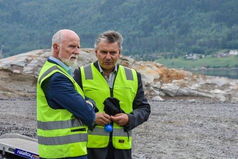 Molde-ordfører Torgeir Dahl (venstre) og Gjemnes-ordfører Knut Sjømæling under arrangementet på Hjelset.