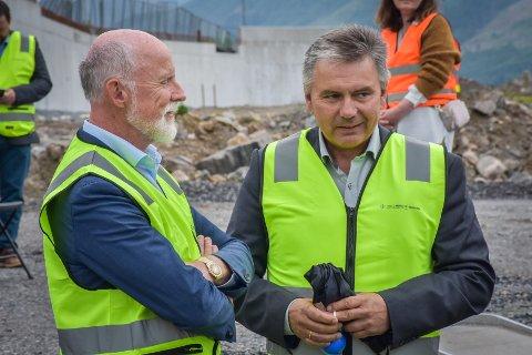 Gjemnesordfører Knut Sjømæling (til høyre) har for det meste mottatt støtte etter at han deltok på Hjelset-arrangementet. Men tirsdag kom det en melding som var så drøy at den politianmeldes. Her sammen med Molde-ordfører Torgeir Dahl.