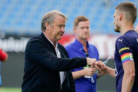 Rosenborg-trener Åge Hareide takker Gustav Valsvik etter eliteseriekampen i fotball mellom Strømsgodset og Rosenborg på Marienlyst stadion.