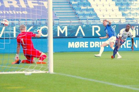 Moldes Stian Gregersen setter inn 1-0 forbi keeper Viljar Myhra i duell med Prosper Mendy.
