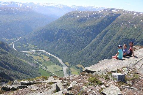 Trønderne (f.v.) Sina, Tora og mamma Bente Marstrand Hesle syns turen opp til Ekkertinden var svært innholdsrik med mye spennende å utforske underveis.