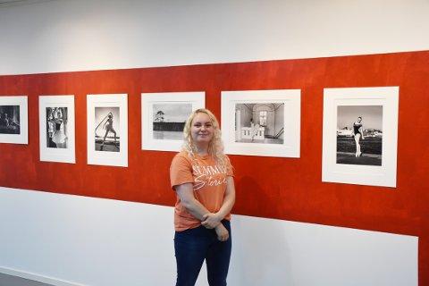 Siv Marte Åsebø har jobbet som produksjonsassistent hos Nordic Lights i 1,5 år.  Her viser hun frem Odd Inge Teige sitt fotoprosjekt «På tærne i Kristiansund».