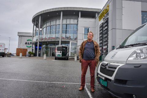 Ådne Lyberg i Smøla Fisk og Sjømat får fortsette salget utenfor Alti Futura ut august måned. Nå har han alternativer til tiden etterpå, men håper på en løsning med kjøpesenteret.