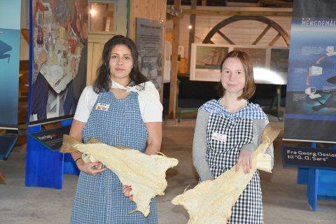 Nicole Guajardo-Salas og Leonie Lade viser fram klippfiskhistoriens utvikling i Norge fra 1700-tallet og fram til etterkrigstida på Milnbrygga.