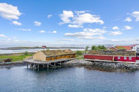 Ringholmen har flere rorbuer ved sjøen. Nå er to av dem til salgs.