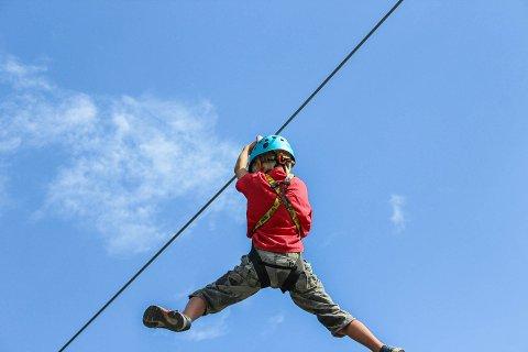 Sommerskolens elever lærte å pushe grenser på klatreparken Høyt & Lavt. Her tar Isak Halse den lengste ziplinen i parken.