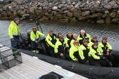 Ut for å se på laks: Her er delegasjonen kommet i RIB-båten for å kjøre ut til en av laksemerdene. Jan Gunnar Fugelsnes (fra venstre, står på brygga), Torstein Dyrnes, Peter Kristjan Vaagland, Hildur Hestnes, Olav Wågsand, Hans Kroknes, Steinar Olsen, Bjørn Gunnar Søpstad, Amund Klevset, Einar Oterholm, Arnstein Wiik, Maja Halse Oterholm og Per Oterholm.