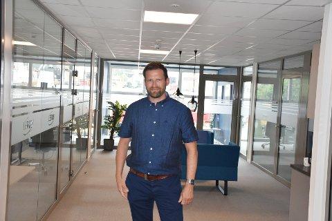 Daglig leder Harald Larssen i Lerøy Midt AS viser stolt frem lokalene på Lerøy Midt.