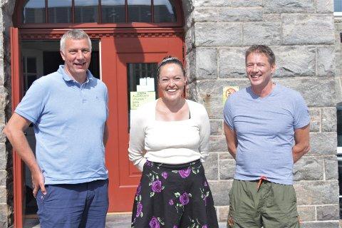 Her er forfatterne, Terje Wiik (t.v.) og Frantz Gregersen, sammen med SFO-leder på Allanengen, Laila Kaplanski.