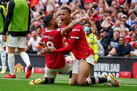 Bruno Fernandes og Mason Greenwood feirer den ene av de fem scoringene i sesongens første for Manchester United.