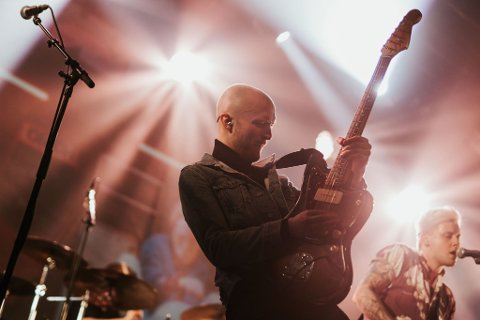 Øyvind Glåmen spiller under lørdagens sommerkonsert i Halsa.