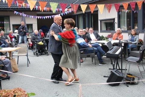 Åpningsdans: Siri Sæterbø og Odd Jarle Svanem åpnet det rehabiliterte sykehjemmet med å danse over snoren.
