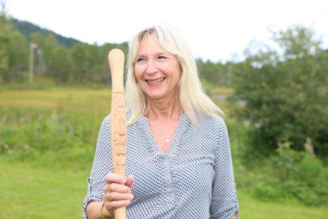 ÆRESVANDRER: Eva Laukøy ble kåret til årets æresvandrer og fikk vandrestaven under Vandrefestivalen i Rindal i helga.