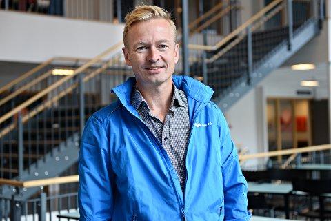 – Vi må snakke om vår egen politikk Hvordan vi vil skape nye arbeidsplasser, og at vi er en garantist for EØS-avtalen, som betyr så mye for næringslivet her i Møre og Romsdal, sier Helge Orten i Høyre. Torsdag besøkte han Nordlandet ungdomsskole i Kristiansund.