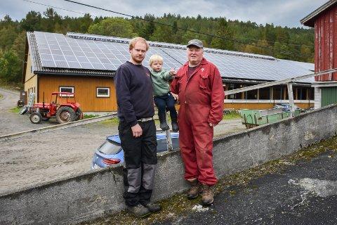 Framtiden. Frank Erik Trodal (fra venstre), Emrik Iversen Trodal og Finn Roger Trodal samlet ved familiens fjøs på Rånes. Frank Erik skal ta over driften når Finn Roger pensjonerer seg.