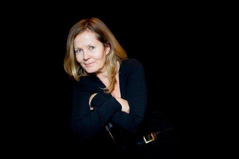 Kjersti Holmen døde på Økernhjemmet i natt. Den folkekjære skuespilleren hadde vært syk i lengre tid. Her som en moden «Frøken Julie» i Nationaltheatrets oppsetning.