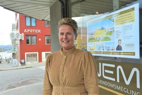 Ulla Eriksen Nystøyl syns det er artige budrunder når hun selger boliger nå. - Det er i alle fall bra for selgeren. Man kjøper og selger som oftest i samme marked og da jevner det seg ut. Kjøpere som har tapt budrunder forbereder seg bedre og ringer oss gjerne er for å høre om vi vet hva som kommer for salg.