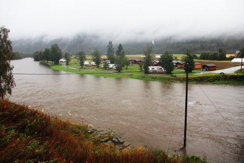 Ved Røv i Surnadal er elva Surna i ferd med å nærme seg Vindøla Camping.