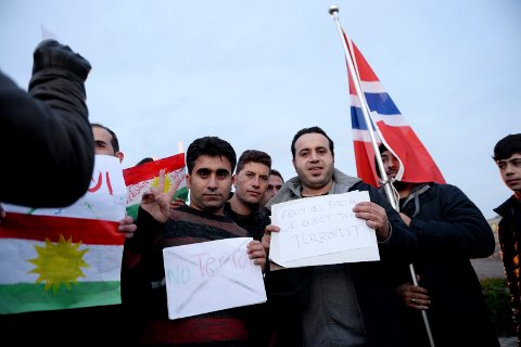Her er to av dem som holdt appeller under en fredelig demonstrasjon på Brunstad lørdag ettermiddag. Målet med demonstrasjonen var å gi støtteerklæringer til det franske folk etter terroraksjonen i Paris.