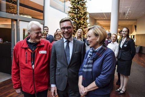 FIKK GAVER: Julegaveaksjonen på Quality og Klubben fikk inn mange gaver, men ikke riktig så mange som direktør Øyvind Hagen håpet på. Her sammen med Palle Hansen i Røde Kors og Heidi Thorin fra Rotary.