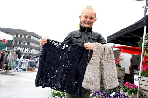 ELSKER BRUKTSHOPPING: 11 år gamle Constanse Steen Hansen dro hjem fra bruktmarked med flere godbiter, blant annet en lekker skinnvest. – Det er mye bedre å selge gamle klær enn å kaste de. Også er det jo så mye fint å få kjøpt, sier hun.
