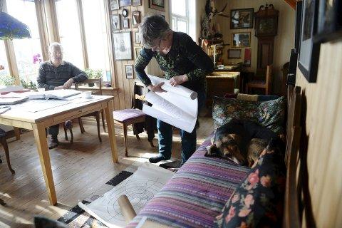 PAPIRARBEID: Dorthe Herups kunstprosjekt har gjort at hun og kunstnerektemannen  Morten Juvet har fått god oversikt over mye av slektshistorien sin. Jakthunden Buster er minimalt interessert.