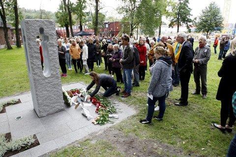 Minnes: Sonja Mandt er hovedtaler under 22. juli-markeringen ved Teie hovedgård i morgen. Her fra avdukingen av minnesmerket i 2012. Foto: Eric Johannessej