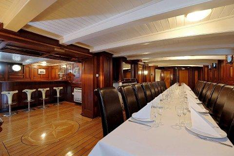 EGEN BAR: I kjelleren på villaen er det en bar i skipssalongstil. Foto: Kristian T. Bollæren/Krogsveen