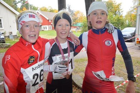 GODE LØPERE: Vinneren i gutter 13 år Tinius Bergh Pedersen flankert av toeren Andreas Heierstad (til venstre) og Martin Jensen.