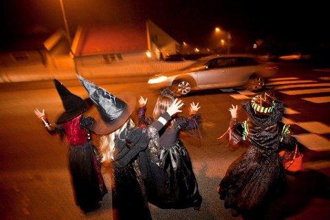 VÆR FORSIKTIG: I dag oppfordres bilister til å være ekstra forsiktige i trafikken: Det er mange små Halloween monstre ute, som ikke har på refleks.