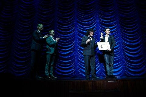 Alexx Alexxander får Merlin Award av International magicians society og leder Tony Hassini. Til venstre: ordfører i Tønsberg Petter Berg og leder i Magiske Cirkel Norge Haakon Esplo.