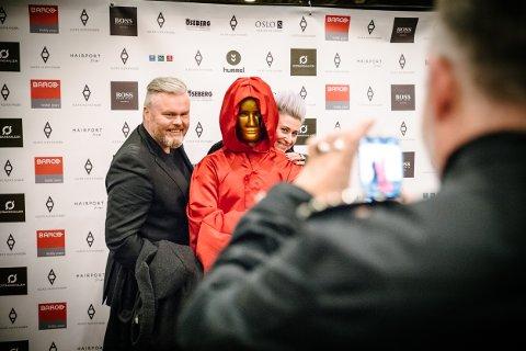 Sangeren Rein Aleksander og programlederen Benedikte Saint-Pierre kom for å hylle Alexx Alexxander. Her poserer med en maskekledd skikkelse.