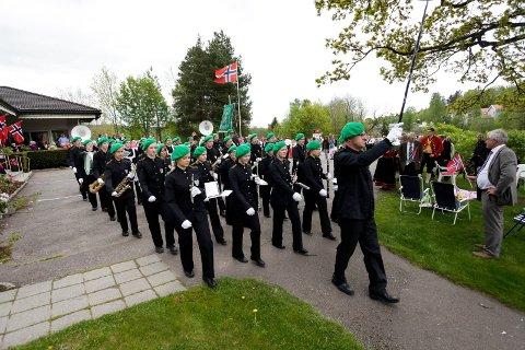 SVENSKE TONER: Fristad ungdomskorps bidrar under nasjonaldagsfeiringen i Andebu.