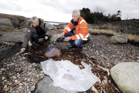 Mye plast: Anne Sjæmæling og Øystein Hovde er bekymret over alle plasten som driver i land hvert år.