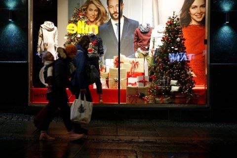 KJØPER FOR MYE: Mange frykter at julehandelen skal gi dem dårlig råd i januar.