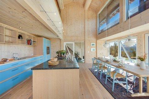 SELGES: Denne arkitekttegnede hytta i Jønndalen har ligget ti måneder i markedet, men megleren er ikke bekymret. – Det tar tid å selge en såpass spesiell hytte i det øvre prissjiktet, sier han.