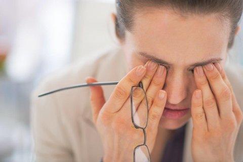 SMITTEVEI: Bare å gni seg litt i øynene etter å ha tatt på dørhåndtak, hilst på andre eller brukt kollegaens tastatur kan gi deg influensasmitte. Derfor: Vask hendene hyppig!