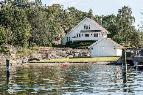 VINDÅSEN: Hytta er opprinnelig fra 1925. Eierne kostet på en høyere standard i 2007. Den har egen strandlinje og båthus.